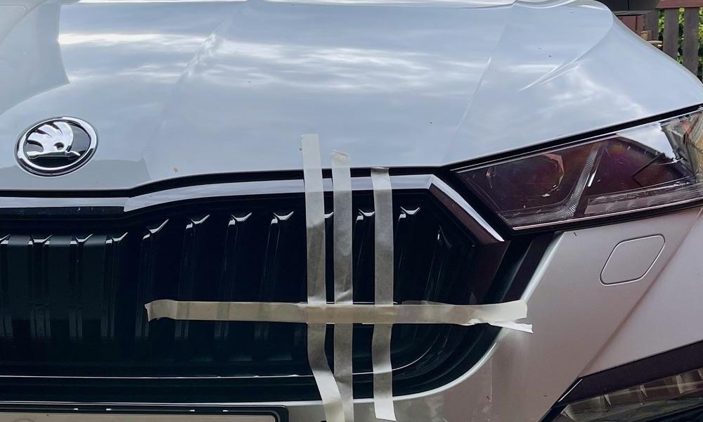 Jak nalepit znak RS na masku auta?